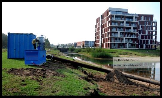 Ook de waterstand van singels is zo laag dat water uit de Lentse Plas wordt gepompt.