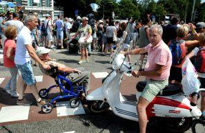 Het is druk op de st Annastraat/Via Gladiola (vanwege de gladiolen die de wandelaars krijgen).