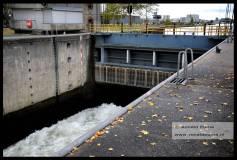 Water uit het Maas Waalkanaal stroomt de sluis in.