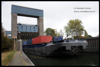 Containerschip vaart het Maas Waalkanaal op.