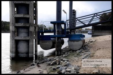 Loopbrug ligt droog aan de Waalkant.