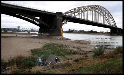 Een koude en sombere dag, de winter gaat beginnen. Een dakloze heeft een tent gemaakt bij de Waalbrug Nijmegen.