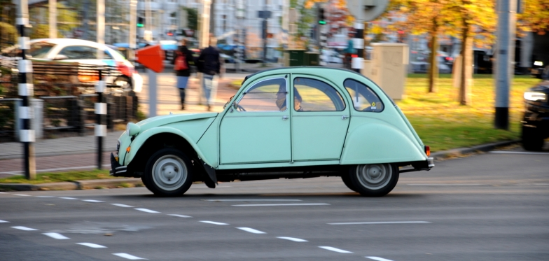 Citroën Deux Chevaux bijgenaamd 'Lelijke Eend'.