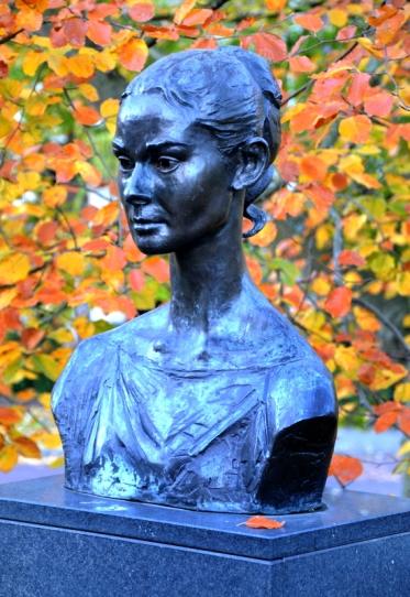 Standbeeld (buste) van de actrice Audrey Hepburn (1929-1993) in Arnhem (in 1994 gemaakt door beeldhouwer Kees Verkade). Audrey Hepburn woonde in Arnhem tijdens de Tweede Wereldoorlog bij haar Nederlandse moeder.