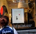 Banksy. De kunstenaar die op een veiling zijn eigen kunstwerk vernietigde.