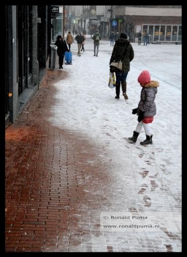 De winkeldeuren staan open, de warmte doet de sneeuw smelten, energieverspilling.