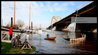 Het laagst gelegen deel van de Waalkade onder de Waalbrug staat onder water.