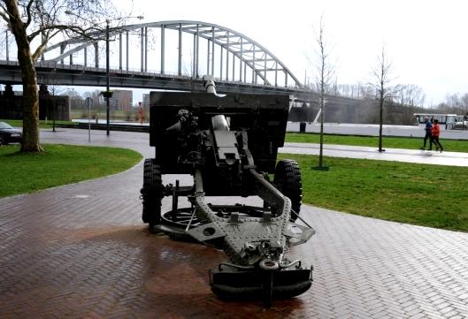 Kanon gericht op Jonh Frostbrug Arnhem. Gedenkplaats voor de Slag om Arnhem 1944.