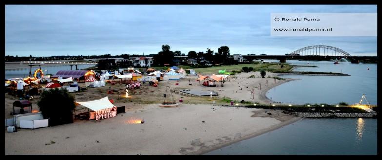 Aan de overkant van de Waal op het stadseiland is Festival op het Eiland. De foto is gemaakt om 05.33 uur.