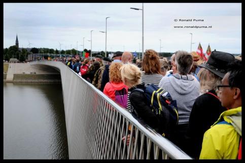 Het is druk op de route over de Waalbrug naar Lent/Elst.