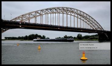 Wandelaars op de Waalbrug.