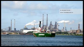 Op de achtergrond de staalfabriek van Tata Steel.