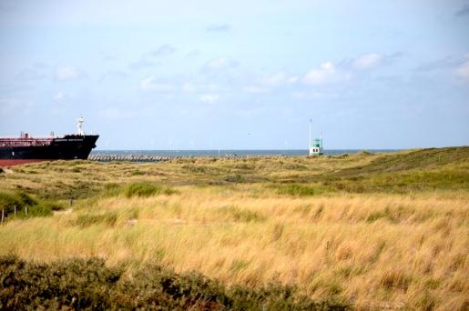 Schip vaart vanaf de Noordzee richting de sluizen van IJmuiden