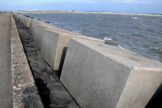 Nieuwe basaltblokken tegen de golven. Zuidpier.