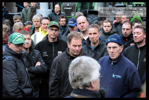 Demonstrerende boeren luisteren naar Commissaris van de Koning in Gelderland John Berends.