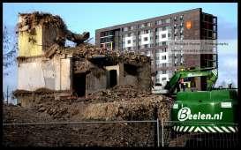 Een groot kantoor in Nijmegen voor station NS is gesloopt. Op de achtergrond de studentenwoningen boven popcentrum Doornroosje.