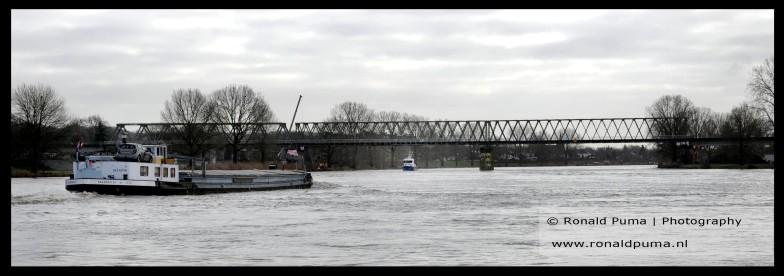 De Maas met de spoorbrug Nijmegen naar Venlo.