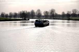 Schip komt uit de sluizen van Heumen (het Maas- Waal kanaal) en vaart richting Maas.