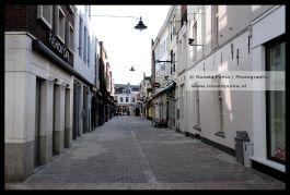 Korte Putstraat die op een zaterdagmiddag vol met terrassen zou staan met bezoekers.