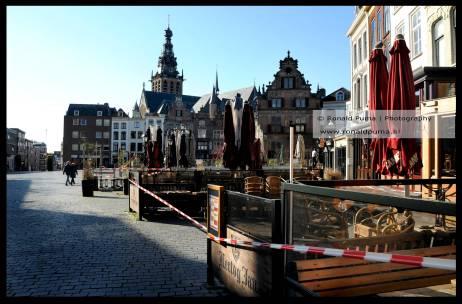 Cafés met linten afgesloten op de Grote Markt in Nijmegen.