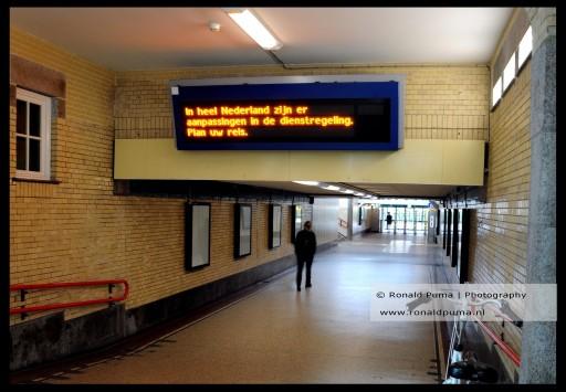 Leeg station, de NS laat minder treinen rijden.