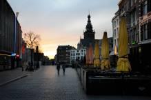 Nijmegen 18.30, het is stil in Nijmegen, de straten zijn verlaten, de zon gaat onder achter de Stevenskerk.