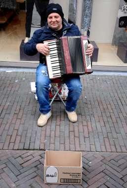 Straatmuzikant speelt door.