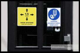 Desinfecteren verplicht op de deur van een restaurant.