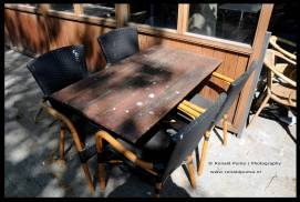 Duivenpoep op een terrastafel, de horeca moet dichtblijven.