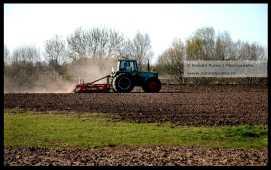 Stof waait op bij het ploegen van een akker in de Ooijpolder bij Nijmegen.
