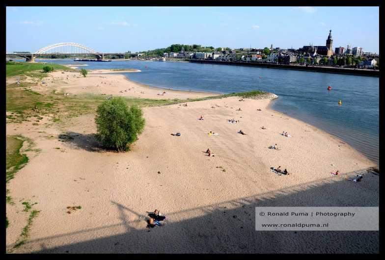 Nijmegen strand langs de Waal.