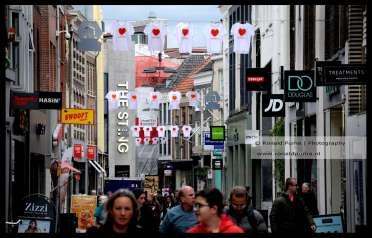 De binnenstad van Arnhem hangt vol met T-shirts met bemoedigende teksten.