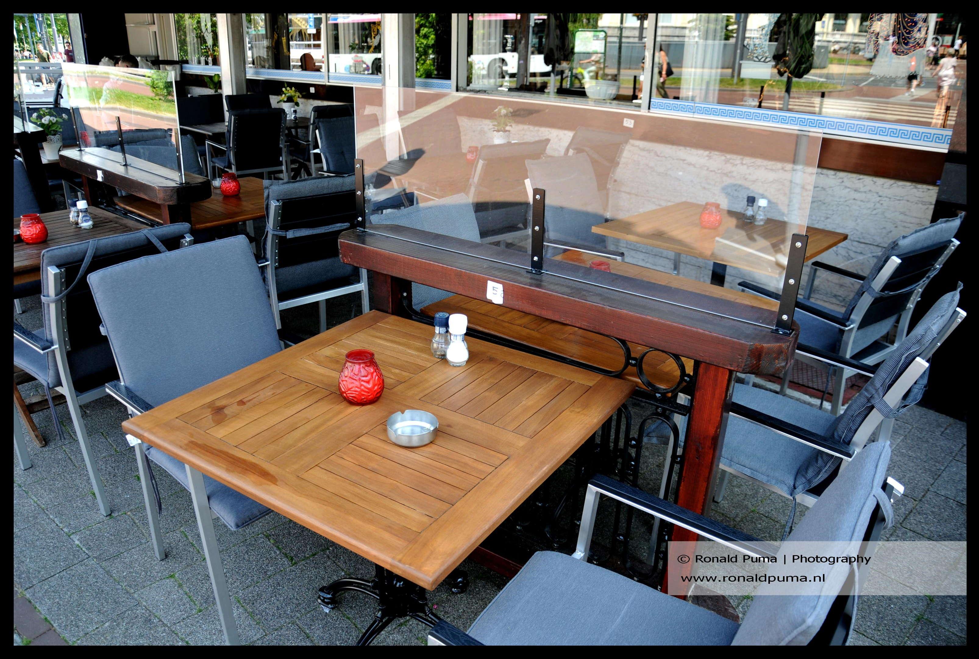 Coronacrisis 16.05.2021 (C) Ronald Puma 02 Restaurant met spatschermen tussen de tafeltjes is klaar voor verdere versoepelingen van de de coronamaatregelen.